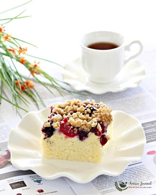 berries streusel cake